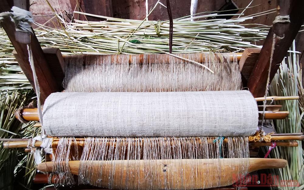 Sợi lanh được cuộn thành từng con lớn rồi luộc nước tro và nước sáp ong để sợi trắng và mềm mịn trước khi đem dệt.